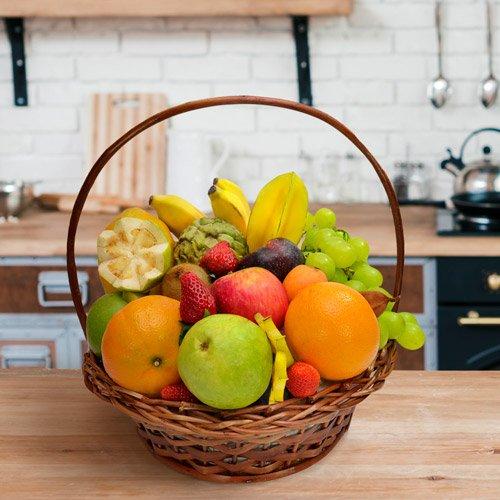cesta recheada com frutas