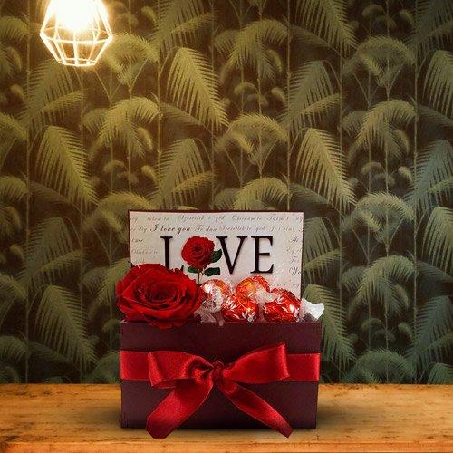 Coleção de Cestas Românticas com Chocolates e Flores
