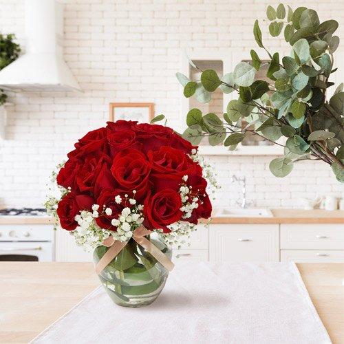 Delicado arranjo de rosa vermelhas