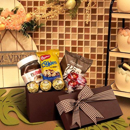 Cesta com bombons e chocolates Amor aos Pedaços