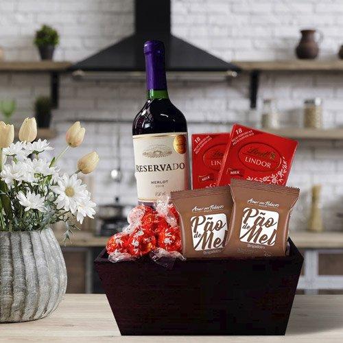 Kit com chocolates Amor aos Pedaços e garrafa de vinho