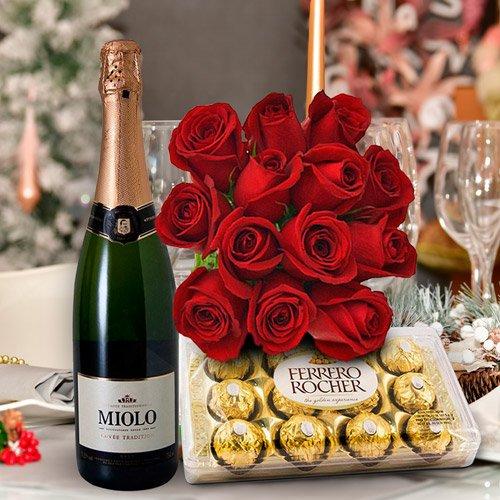 Kit com bombons Ferrero Rocher, espumante e rosas vermelhas
