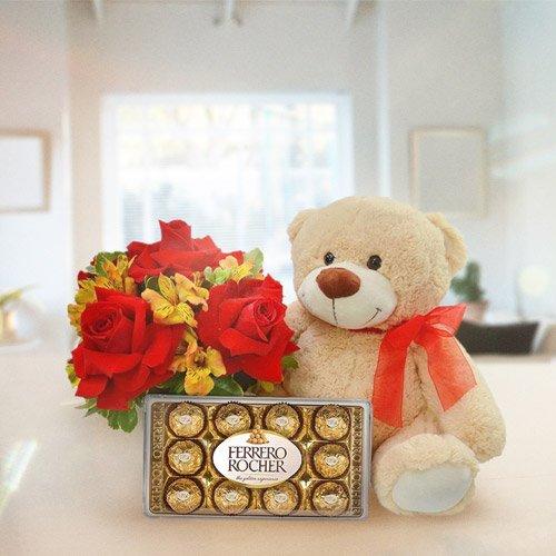 Buquê de flores com chocolate e pelúcia