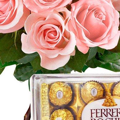 Buquê de 12 Rosas Cor de Rosa com Ferrero Rocher