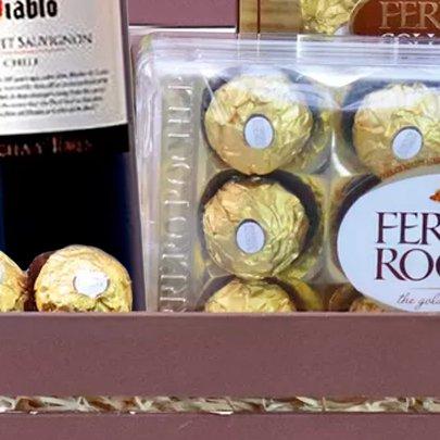Kit de Vinho Branco com Chocolates no Baú