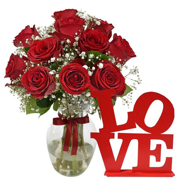 Elegancia de Rosas Vermelhas e Placa Love