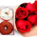 Buquê de 4 Rosas Vermelhas e Combo Donuts